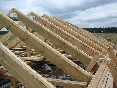 Двускатная деревянная крыша гаража