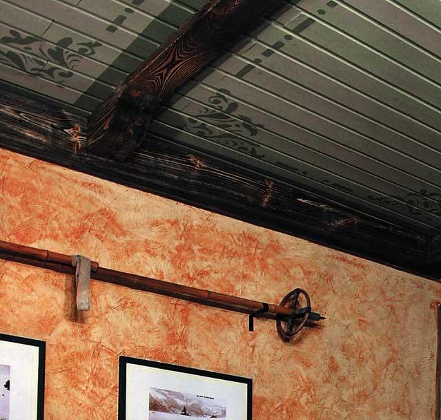Эффект состаренного дерева по потолочному плинтусу и потолочных балках