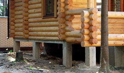 Экономный столбчатый фундамент под бревенчатое здание