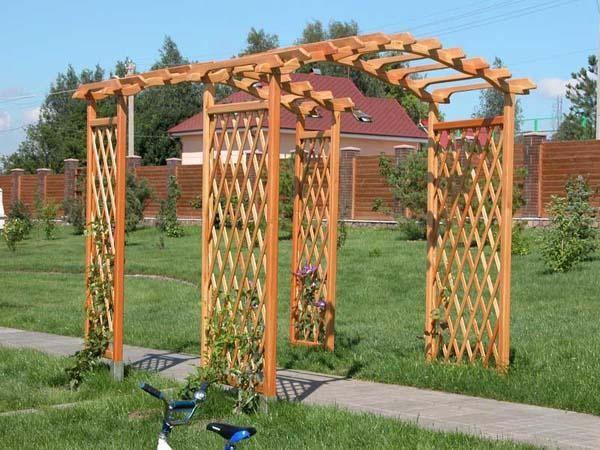 Экстерьер участка легко украсить арочными изделиями, которые в теплое время будет обвивать цветная зелень