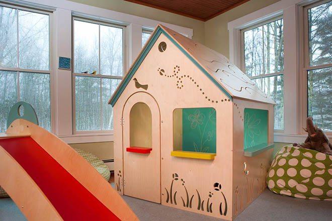 Если домик располагается в помещении, то окрашивать его необязательно, можно просто сделать рисунки на поверхности