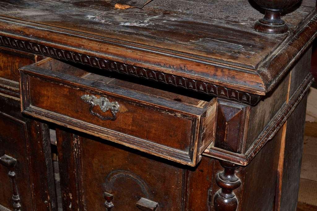 Если хотите знать, как реставрировать старый деревянный стол – читайте нашу статью.