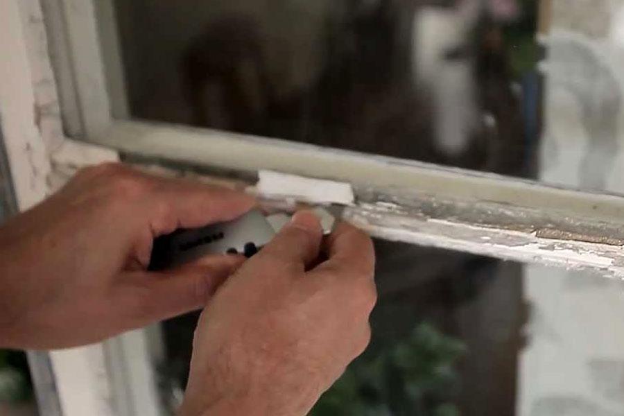 Если стыки защищала замазка, то ее также следует удалить и нанести новую, так как со временем эластичность этого состава падает