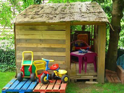 Эти маленькие сооружения порадуют ребёнка и украсят дачный участок