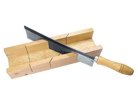 Фабричный прибор, изготовленный из дерева и ножовка с ограничителем реза