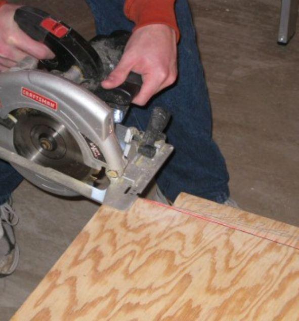 Фанерный лист несложно разрезать на фрагменты нужных размеров