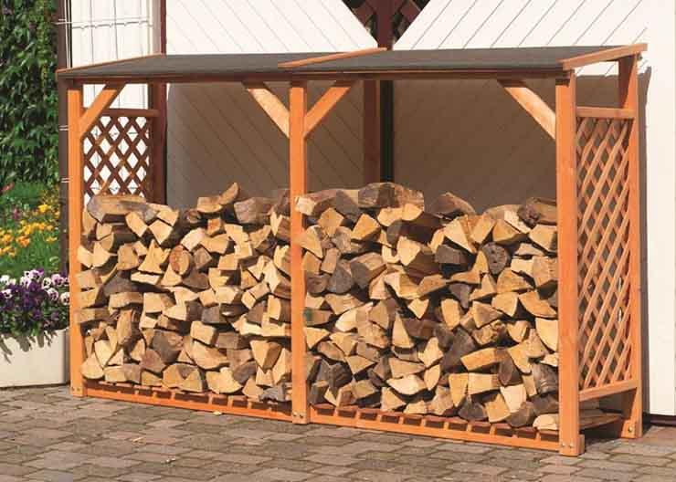 Простенький навес обеспечит дровам столь же простенькую защиту