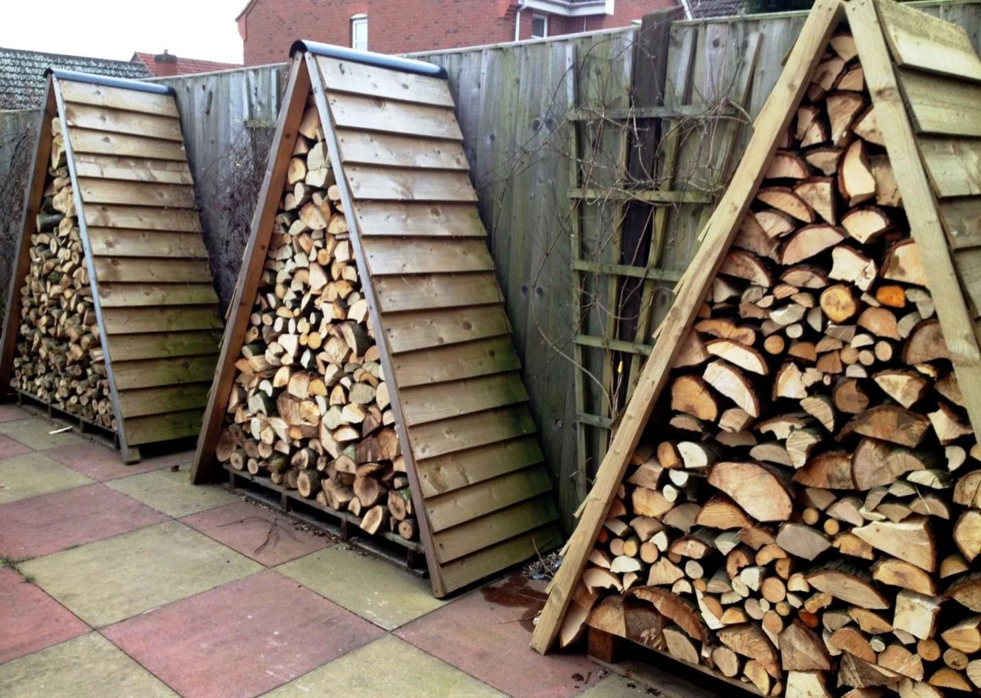 Невероятно удобный и практичный вариант: достать дрова легко, а развалить такую поленницу можно лишь при огромном старании