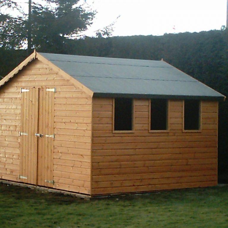 Дрова можно сложить и в обычный деревянный сарай вместе с инвентарем