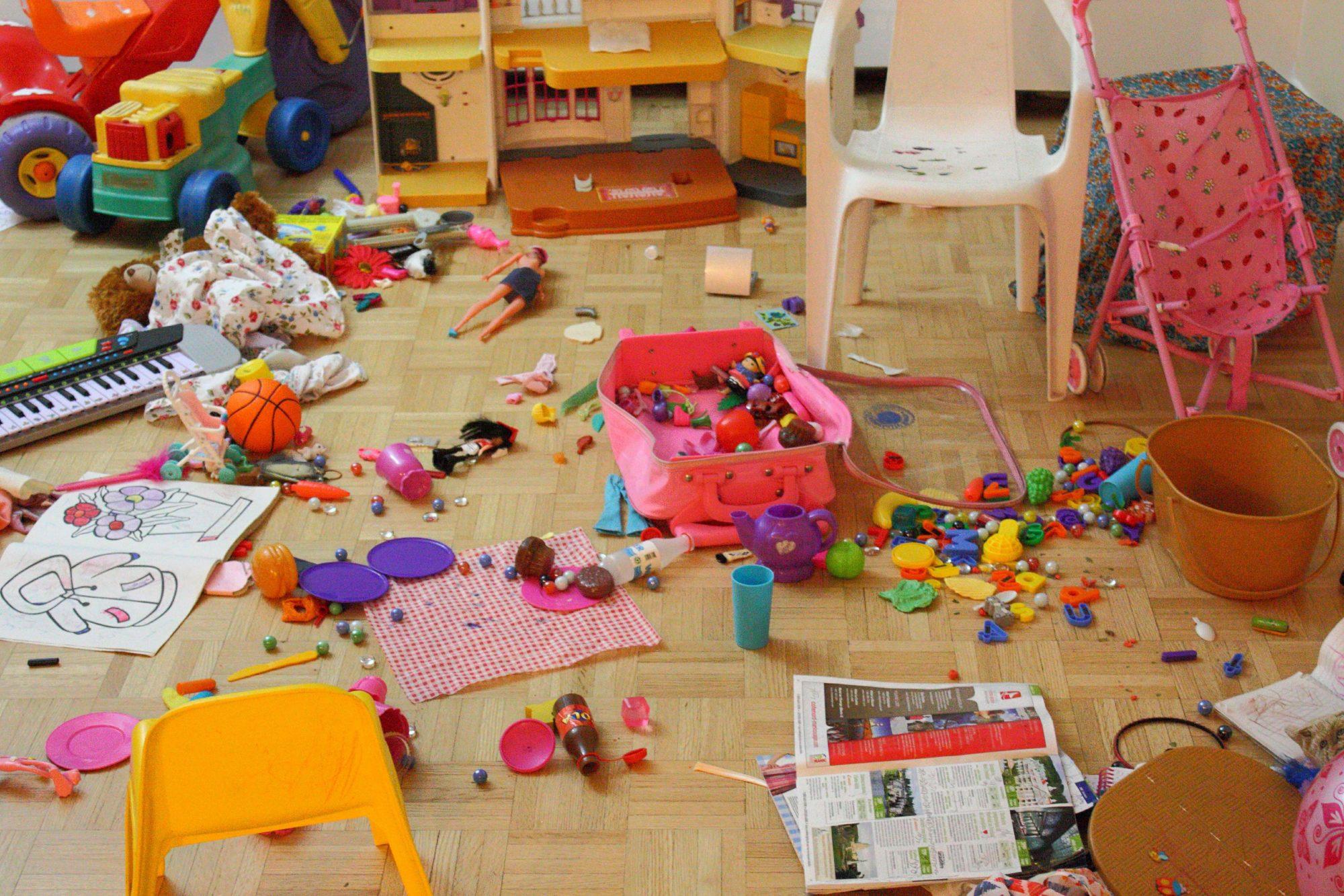 Убирать за собой свои же игрушки дети не любят