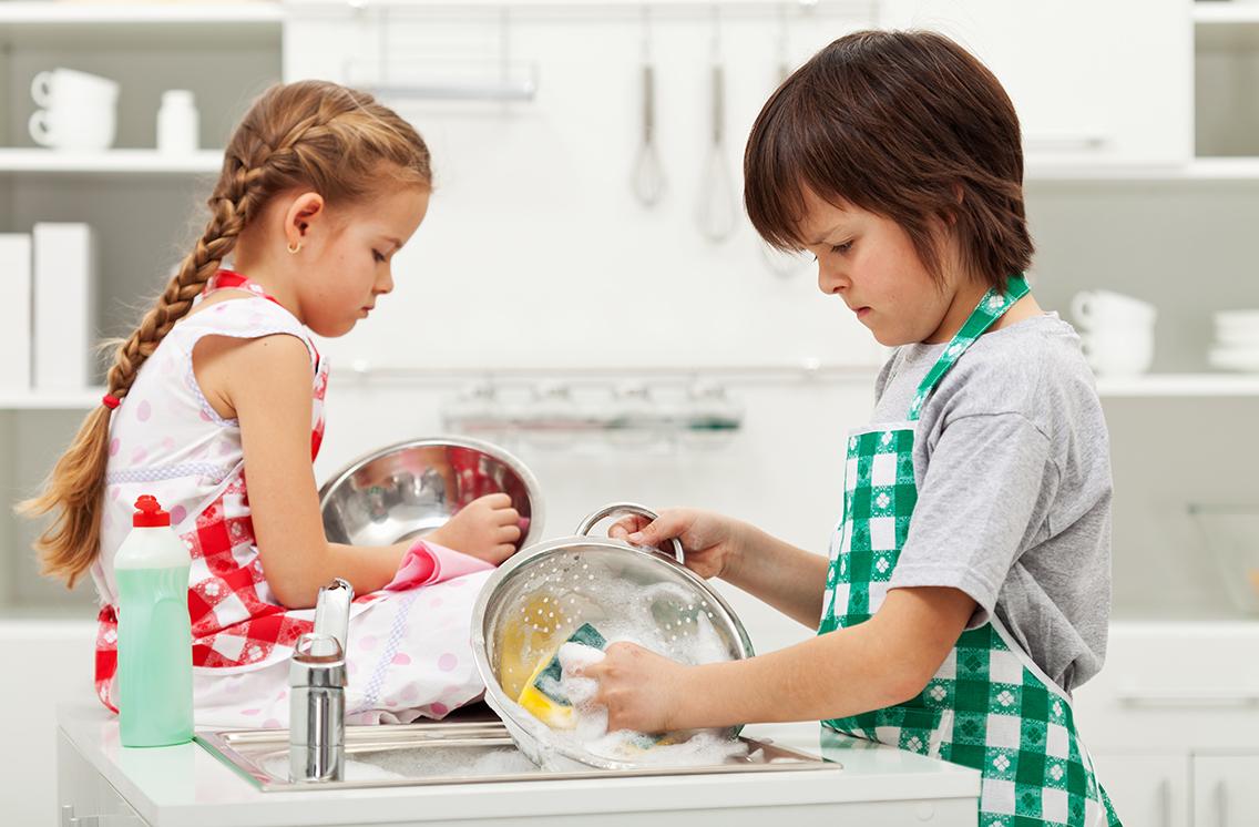 Мытье посуды зачастую вызывает у детей самое настоящее отвращение