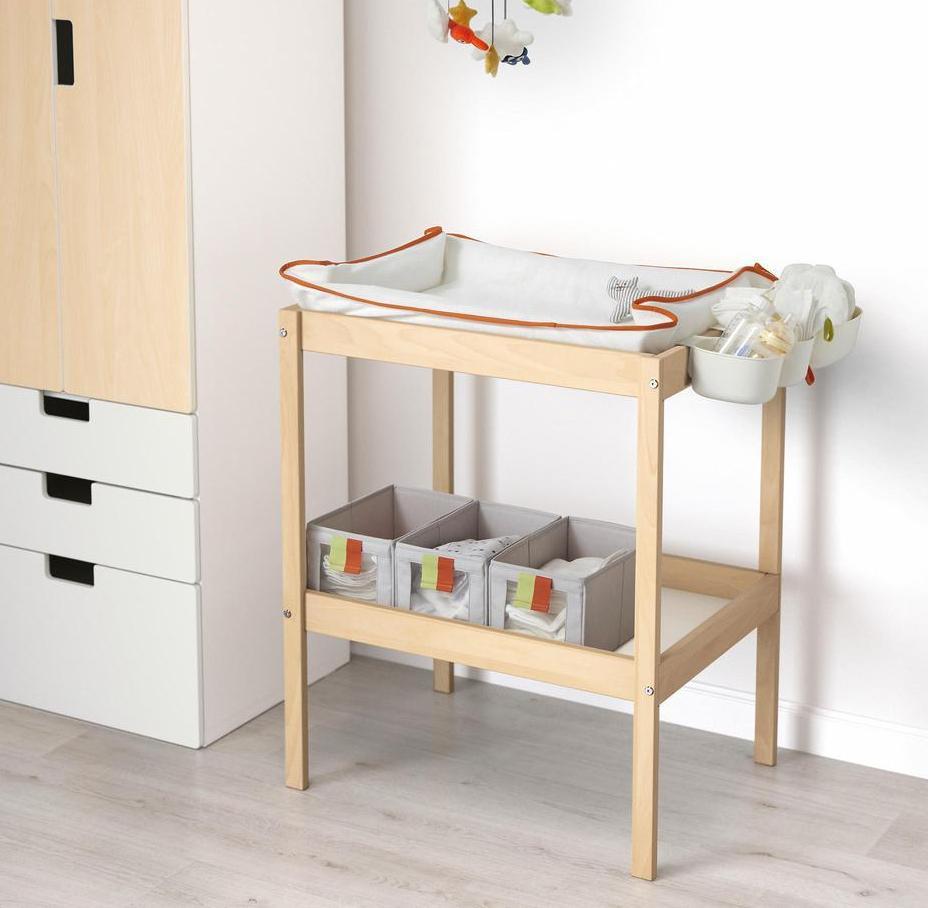 Пеленать младенца можно на обычном столе
