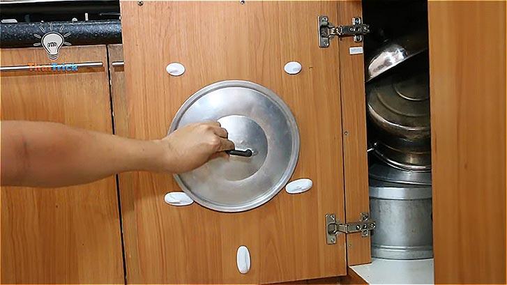 Хранение крышек на дверце шкафа