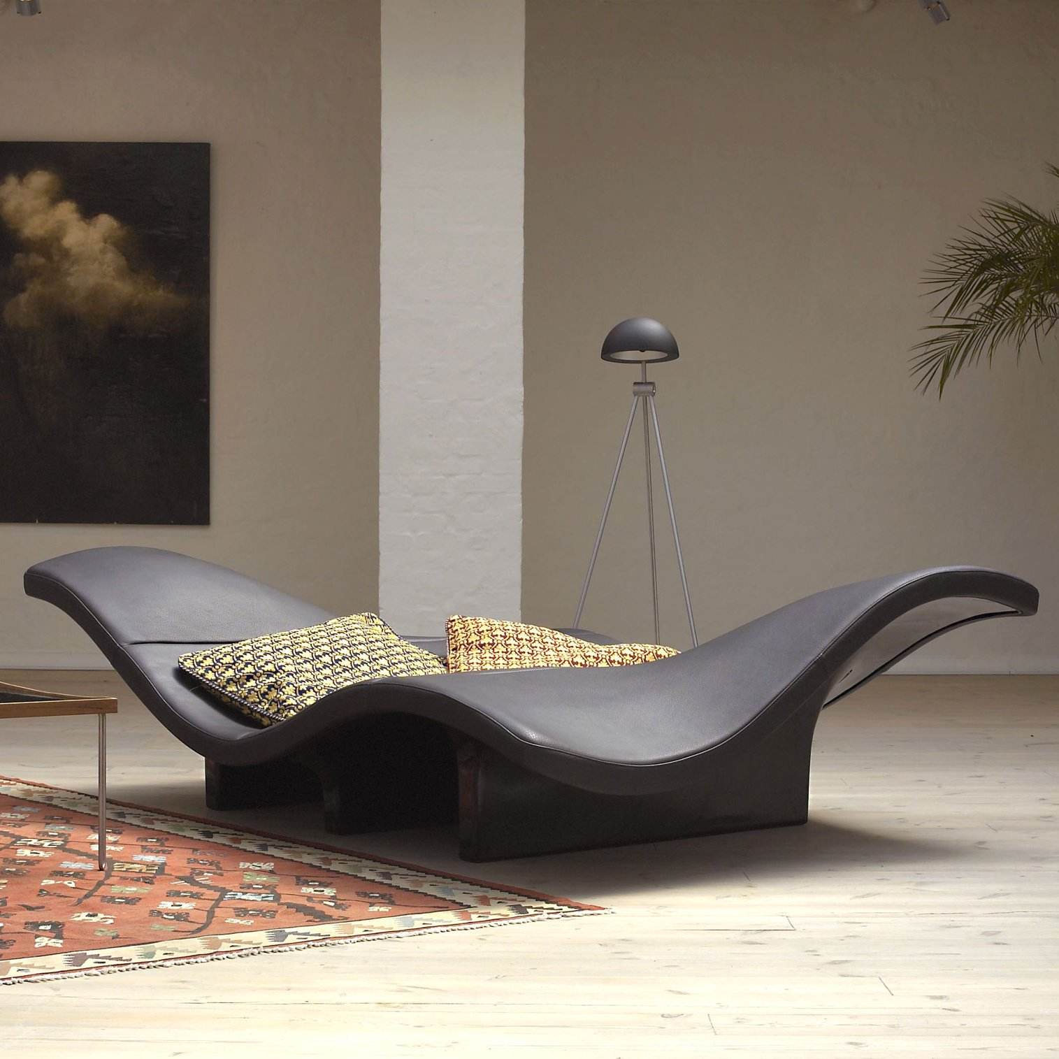 Волнистый диван подойдет для просторных гостиных комнат