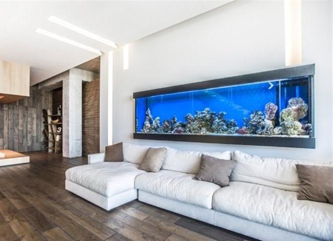 Аквариум в гостиной можно установить на стене