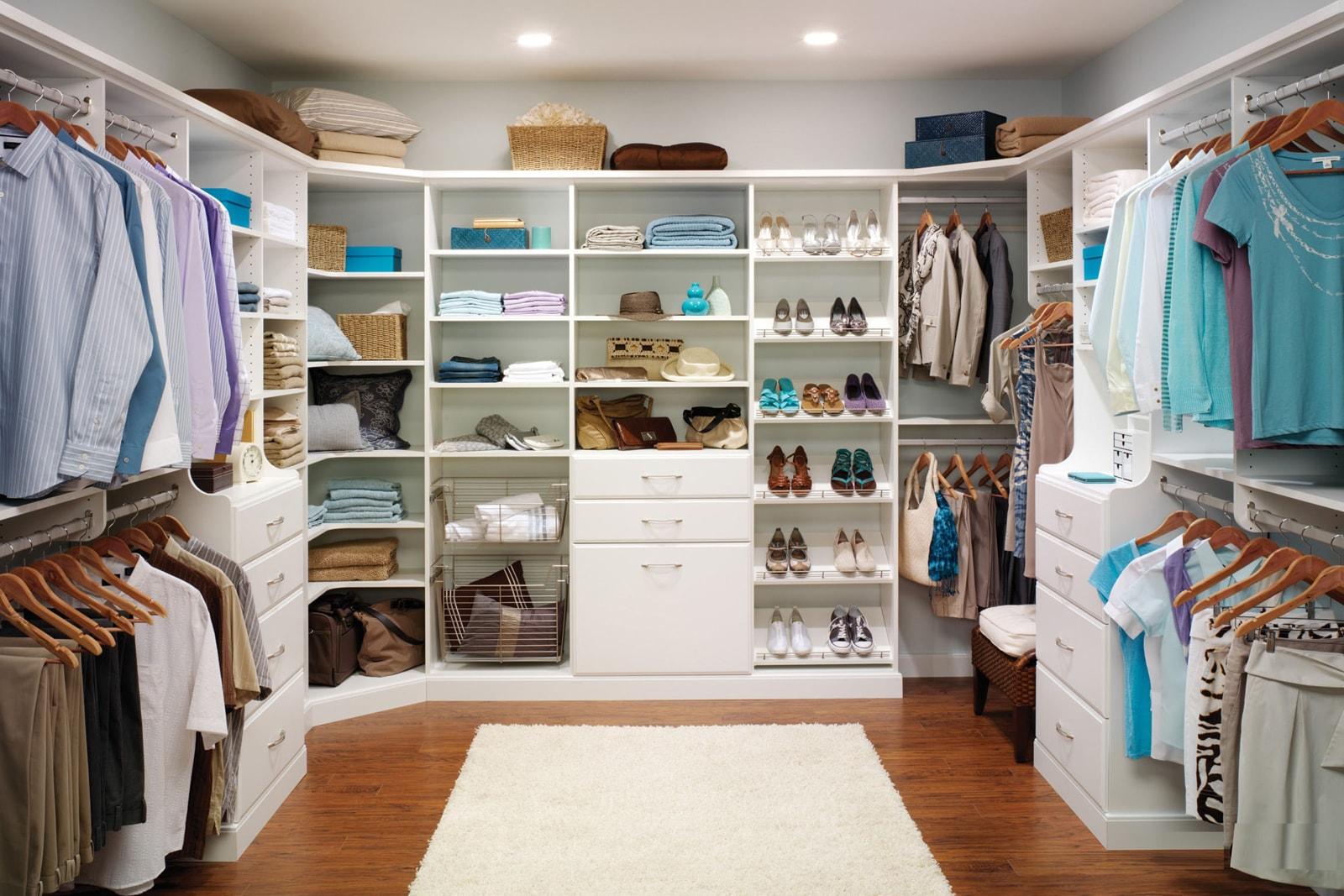 Большая гардеробная может служить для всех членов семьи