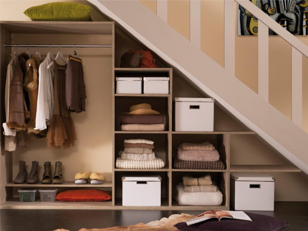 Гардеробная зона под лестницей будет прекрасно смотреться с общим стилем интерьера в доме