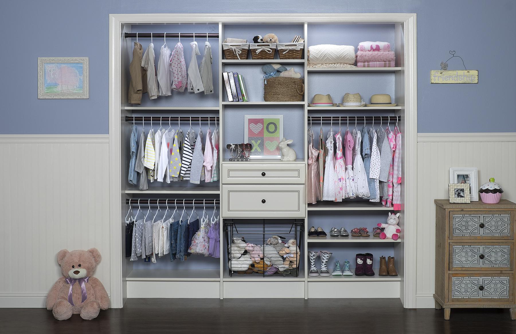 Чтобы каждое утро не искать, что одеть ребенку, развесьте всю одежду на вешалки