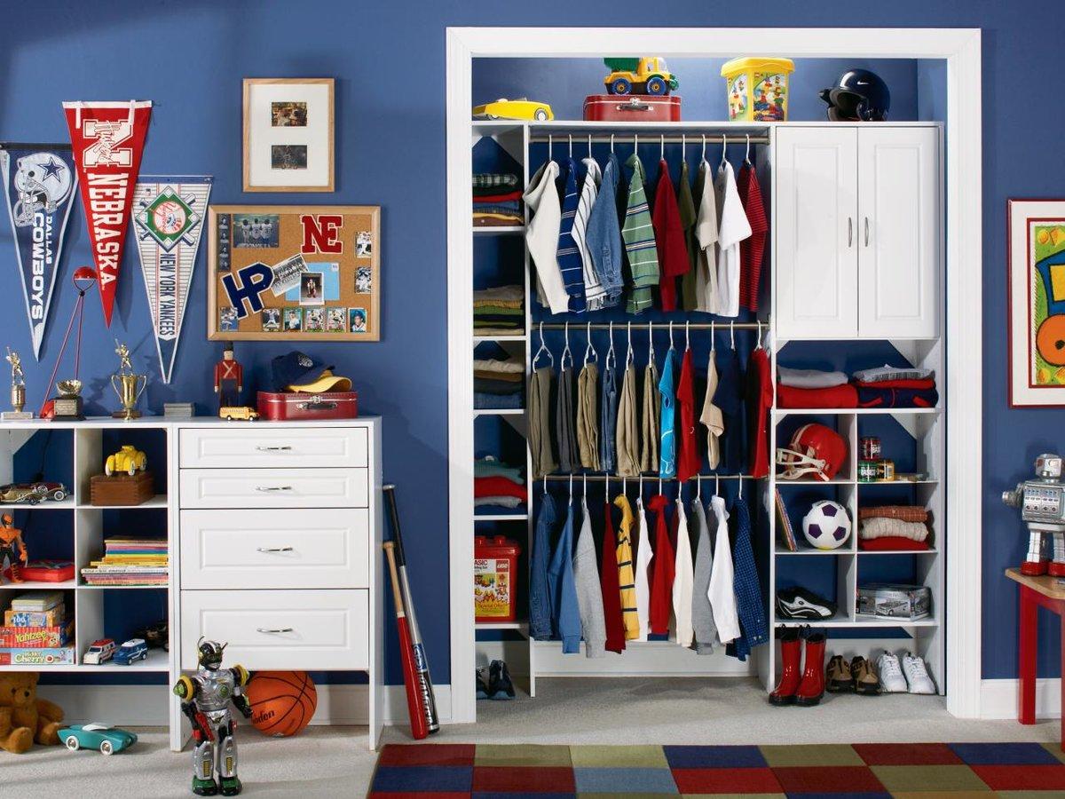 Гардеробная зона для мальчиков поможет быстро найти, что нужно одеть на ребенка с утра