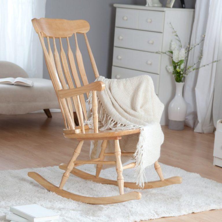 Кресло-качалка в комнате будет украшать пространство