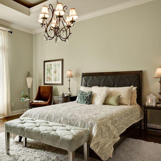 Уютный интерьер спальни с прикроватной подставкой