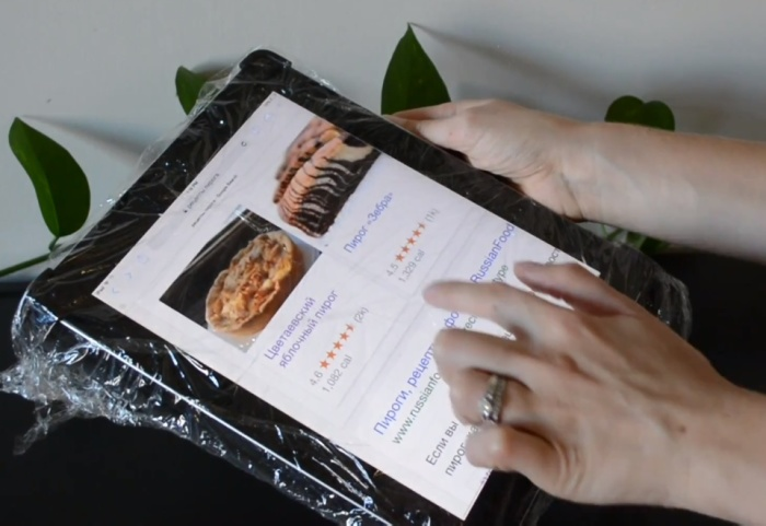 Планшет, обернутый пищевой пленкой не испачкается, если вы пользуетесь им пока готовите еду