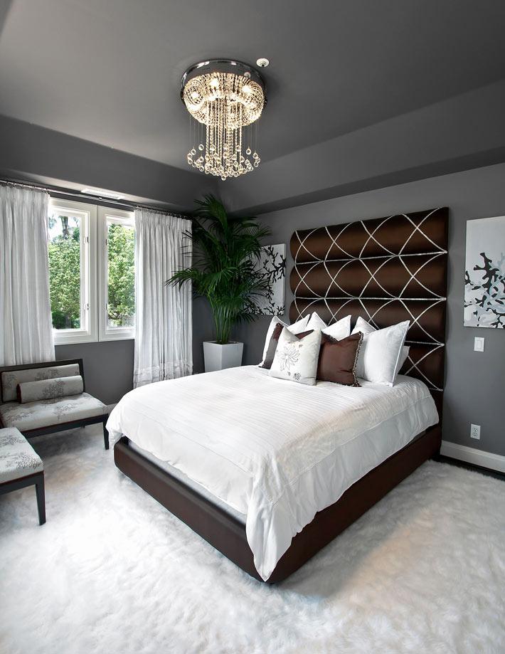 Цветной потолок может визуально сделать комнату выше