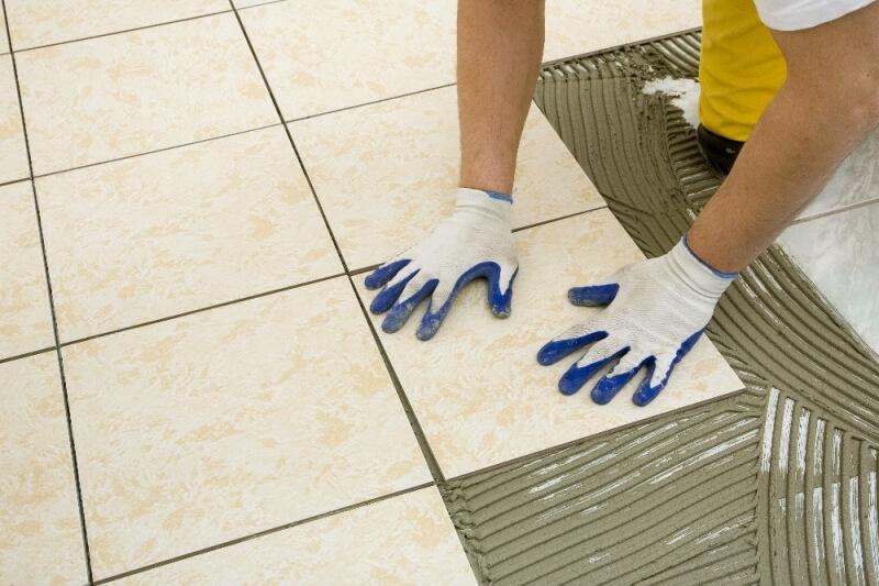 Работать с клеем для плитки можно только в перчатках и респираторе