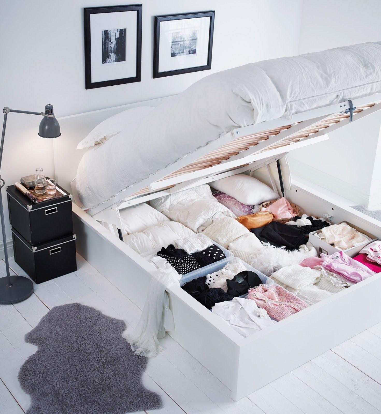 Очень удобно, если в кровати есть встроенные места для хранения вещей