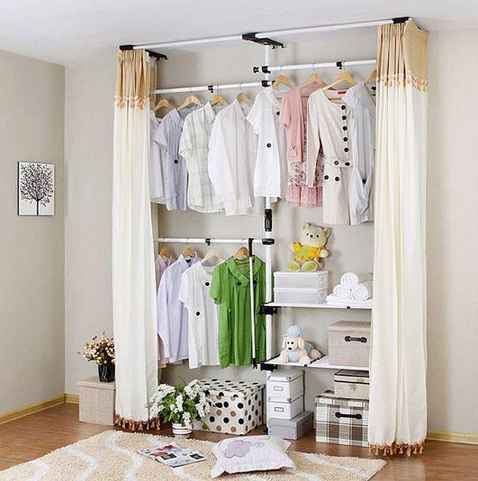 Самодельную гардеробную легко скрыть за шторой