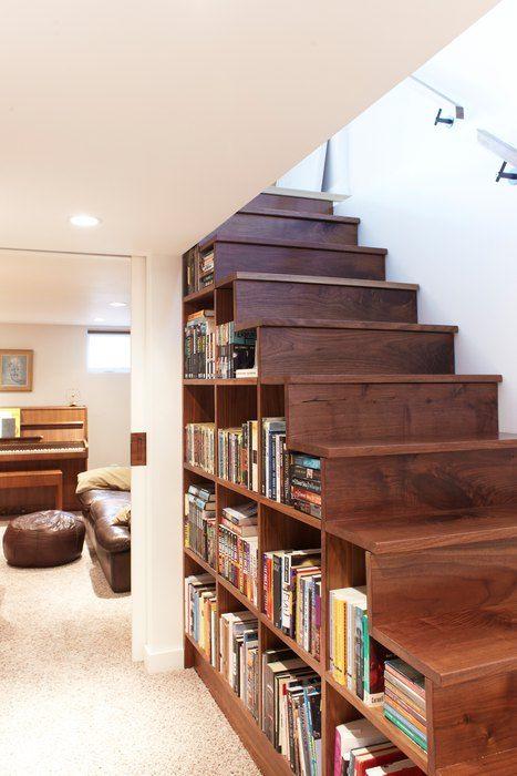 Пространство под ступенями можно занять книгами