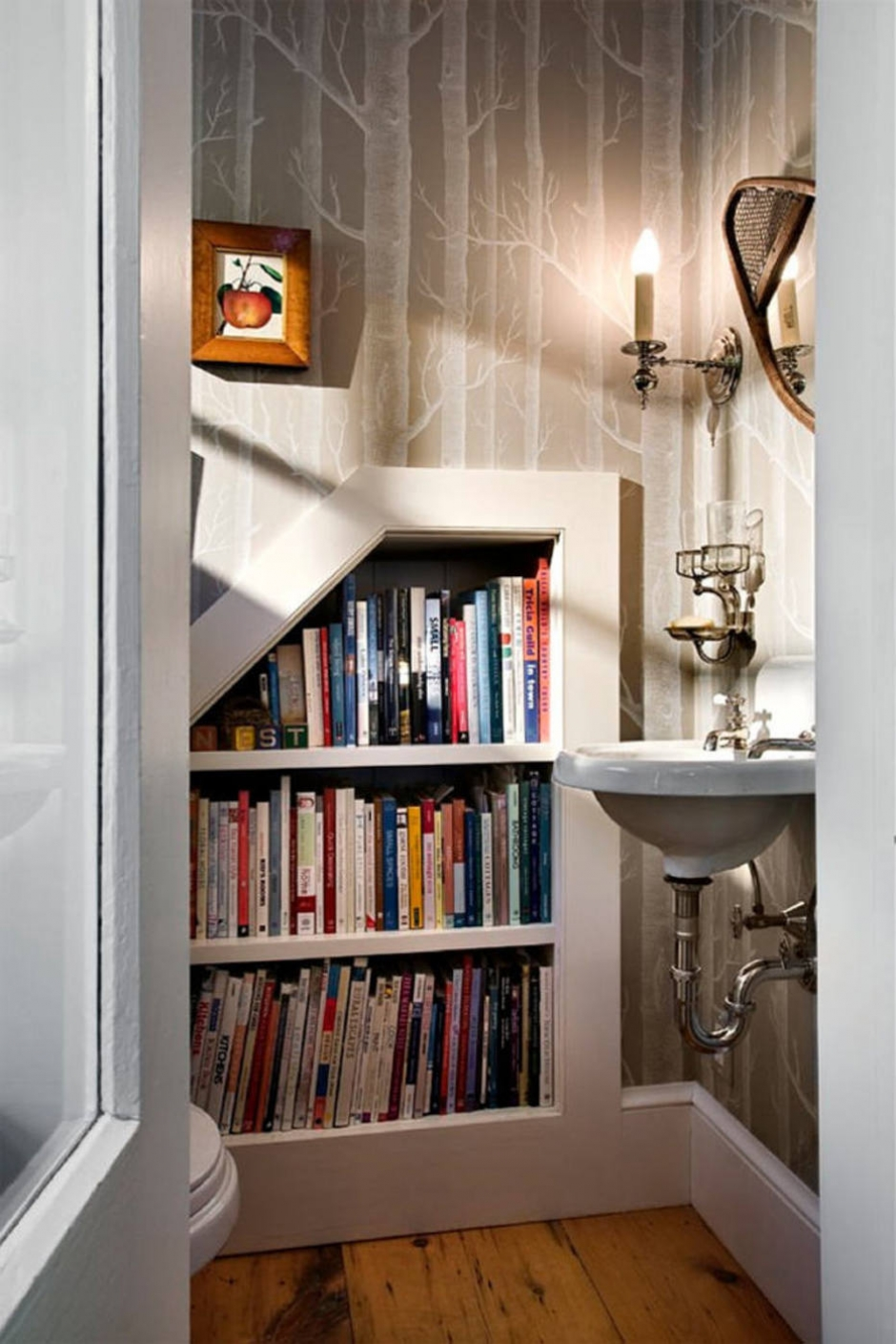 Нишу для книг можно сделать даже в санузле