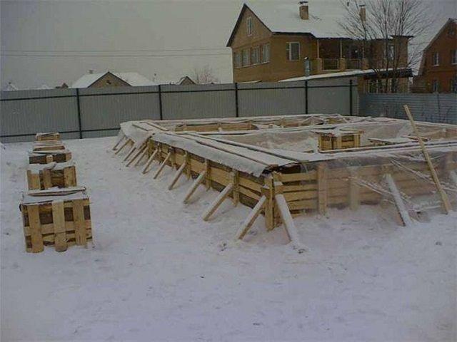 Чтобы залить фундамент зимой правильно нужно знать некоторые тонкости