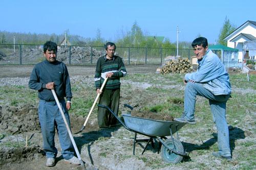 Узбеки работают на стройке небольшими бригадами