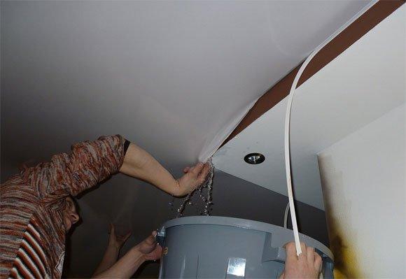 Воду можно слить через один из краев, которые легко вытащить шпателем
