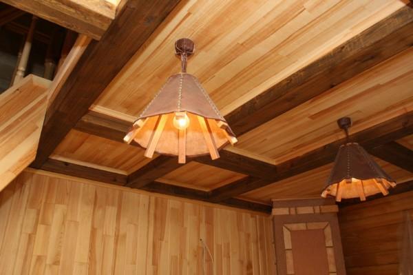 Фото декоративного потолка с открытыми балками