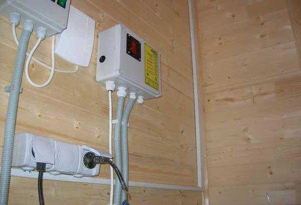 Фото электрических компонентов в деревянном доме.