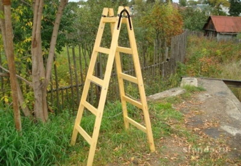 Фото искусно изготовленной деревянной стремянки