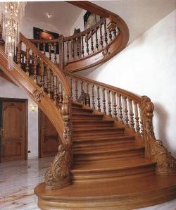 Фото лестницы в гостиной.