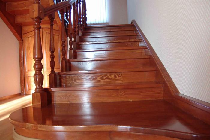 Фото покрытой лаком лестницы из дерева
