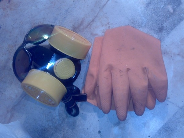 Фото респиратора и резиновых перчаток, необходимых при работе с токсичными веществами