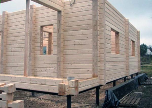 Фото строительства брусового дома на сваях-шурупах.