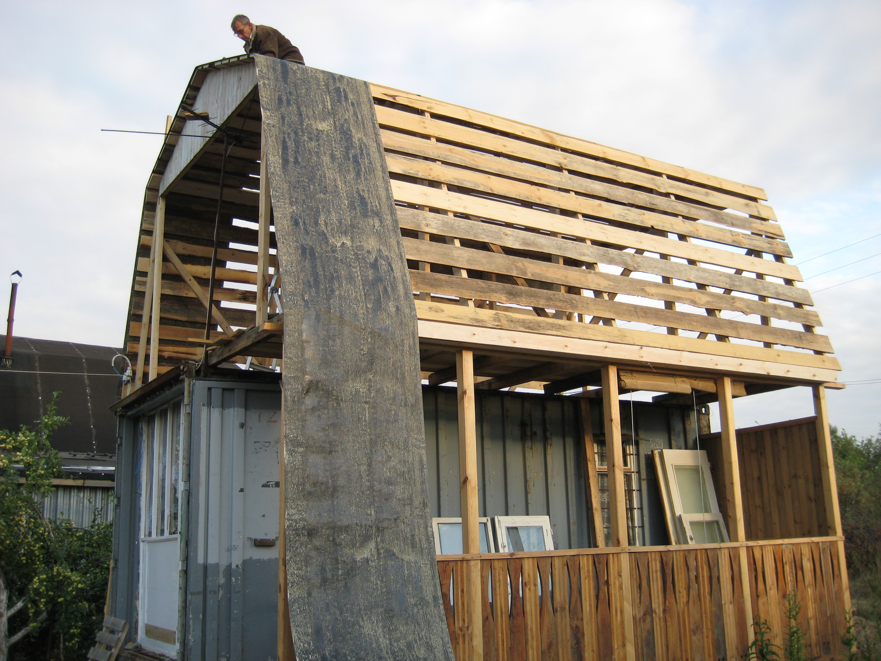 Гибкость материала обеспечивает удобство его укладки на крышах сложной конфигурации