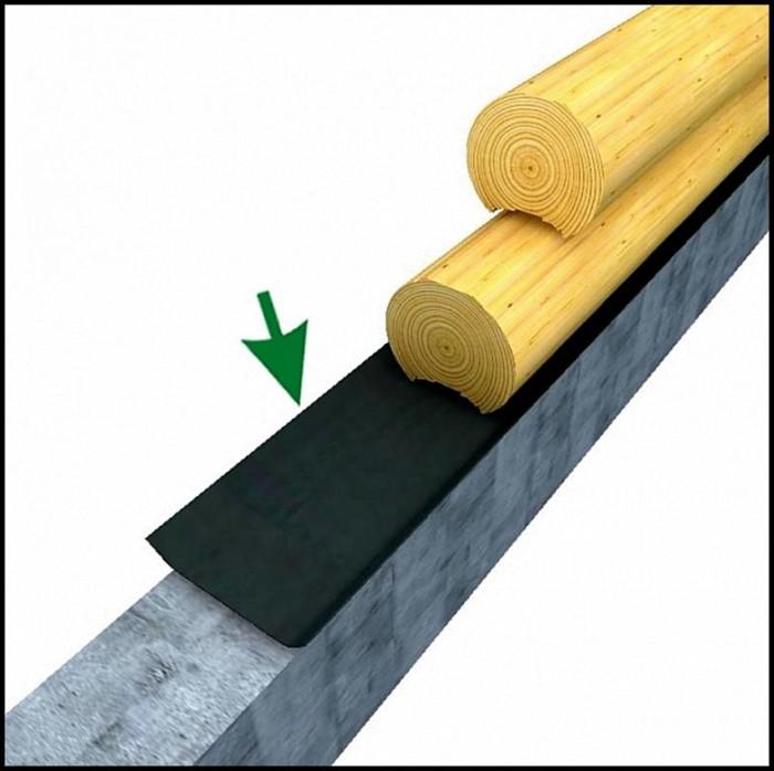 Гидроизоляция нижнего венца сруба от фундамента при помощи рубероида.