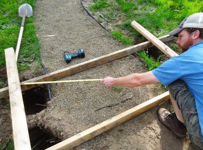 Глубина ямы зависит напрямую от высоты изделия – 30-40 см в глубину на каждый метр в высоту