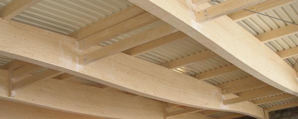 Гнутоклееные деревянные конструкции широко применяются в стропильных системах.