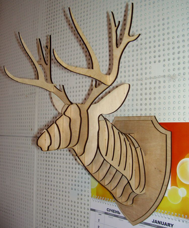 Готовая поделка, закрепленная на стене