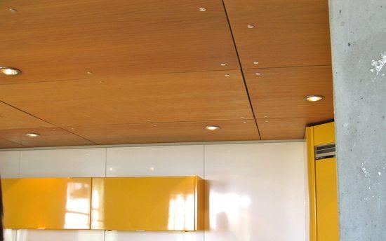 Готовый потолок из листов фанеры