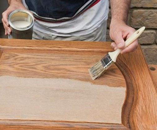 Грунтовка по дереву перед покраской наносится кистью на межкомнатную дверь