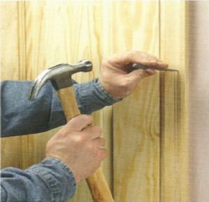 Гвозди проще всего забивать через специальную проставку, так вы исключите повреждение поверхности